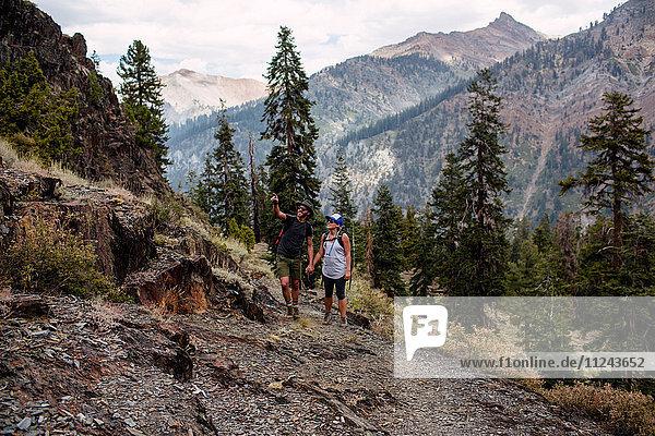 Mittleres erwachsenes Paar beim Wandern entlang des Weges  Mineral King  Sequoia National Park  Kalifornien  USA