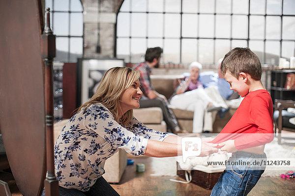 Mutter spielt mit Sohn zu Hause