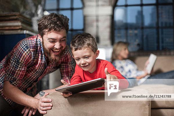 Vater und Sohn nutzen das digitale Tablett zu Hause
