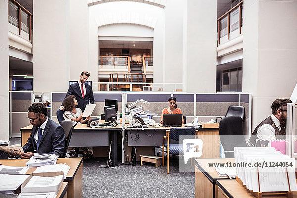 Geschäftsfrauen und Geschäftsleute  die im Büro arbeiten