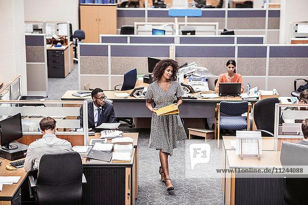 Geschäftsfrau mit Akten im Amt