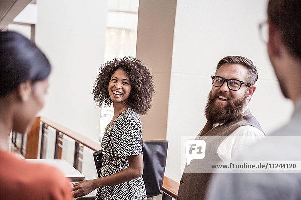 Geschäftsfrauen und -männer im Gespräch im Amt