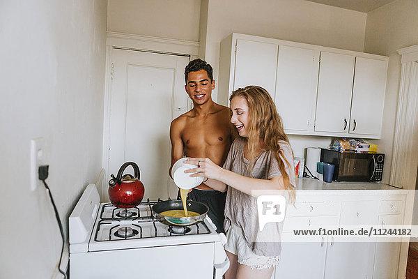 Ehepaar in der Küche beim Frühstücken