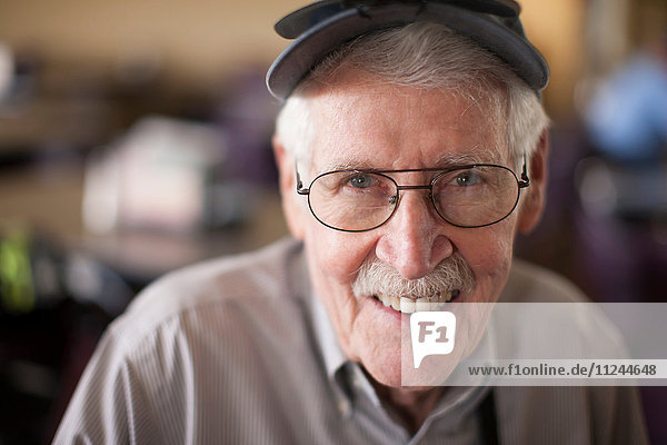 Porträt eines älteren Mannes  lächelnd