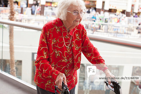 Ältere Frau beim Gehen mit Gehhilfe
