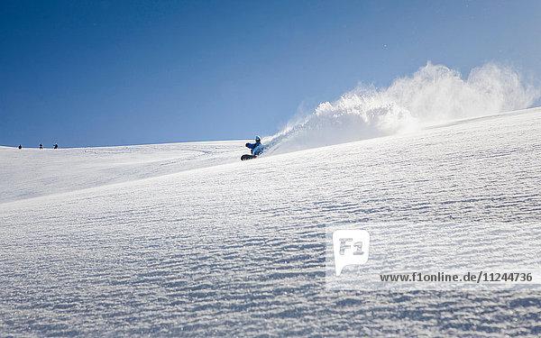 Männlicher Snowboarder Snowboarding Down Mountain  Trient  Schweizer Alpen  Schweiz