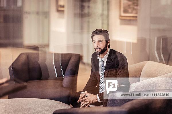 Geschäftsmann im Sessel sitzend