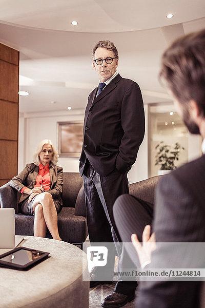 Seriöser Senior-Geschäftsmann bei Treffen