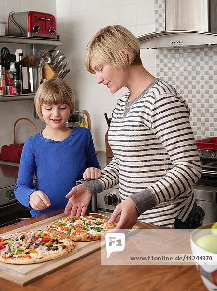 Mutter und Tochter bereiten in der Küche das Essen vor