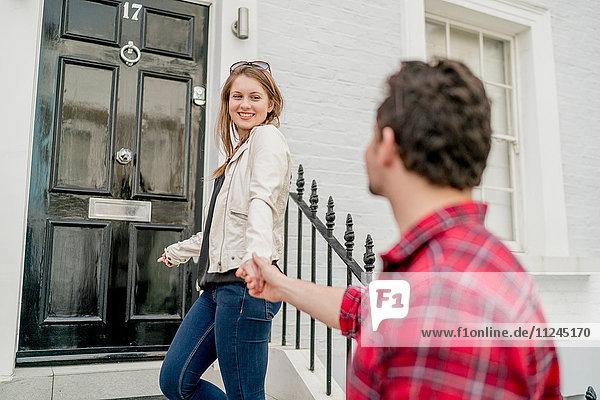 Junge Frau und Freund vor der Haustür  Kings Road  London  UK
