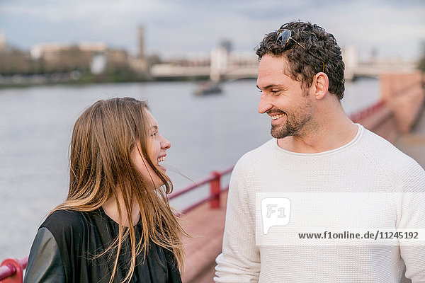 Glückliches junges Paar am Wasser  Battersea Park  London  UK