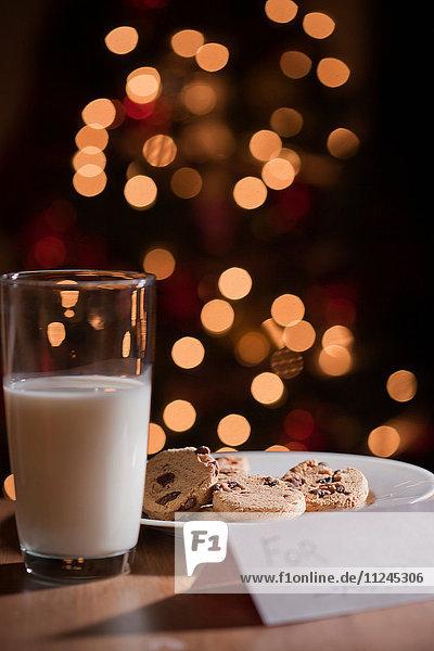 Glas Milch und Teller mit Keksen für den Weihnachtsmann