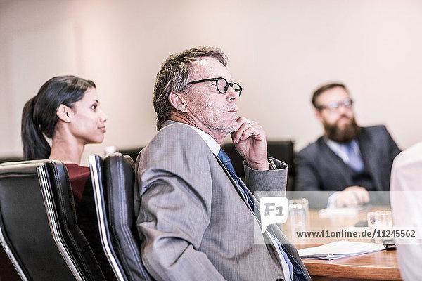 Geschäftsmänner und -frauen in Vorstandsteam-Sitzung