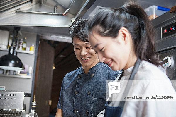 Köche in der Großküche lächeln