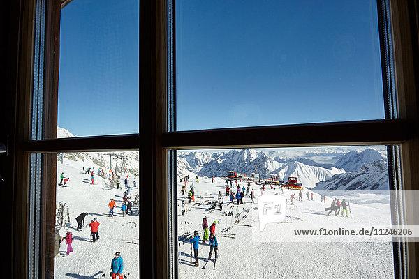 Fensteransicht der Skitouristenmassen am Berghang  Zugspitze  Bayern  Deutschland Fensteransicht der Skitouristenmassen am Berghang, Zugspitze, Bayern, Deutschland