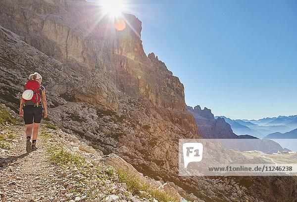 Rückansicht einer Wanderin beim Aufstieg in die Dolomiten  Sexten  Südtirol  Italien