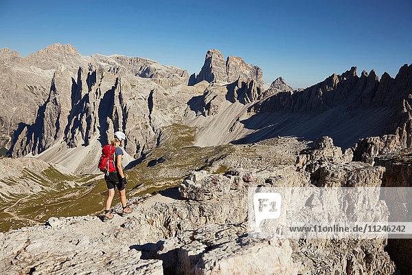 Wanderin beim Wandern in den Dolomiten  Sexten  Südtirol  Italien