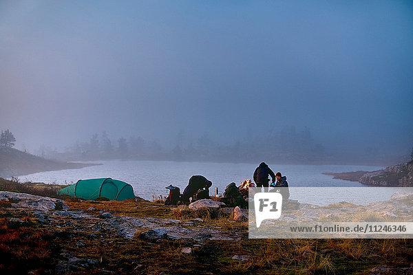 Im Lager rastende Wanderer  Sarkitunturi  Lappland  Finnland
