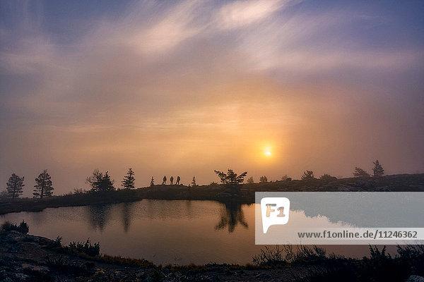 Sonnenuntergang über dem See  Sarkitunturi  Lappland  Finnland