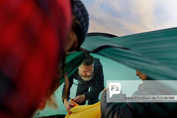 Wanderer beim Auspacken im Zelt