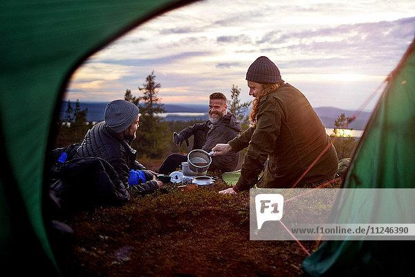 Wanderer bei der Essenszubereitung  Plauderei vor dem Zelt  Keimiotunturi  Lappland  Finnland