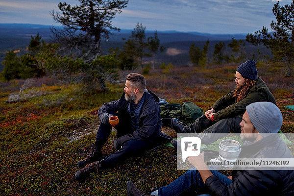 Wanderer entspannen bei Kaffee auf dem Gipfel eines Berges  Keimiotunturi  Lappland  Finnland