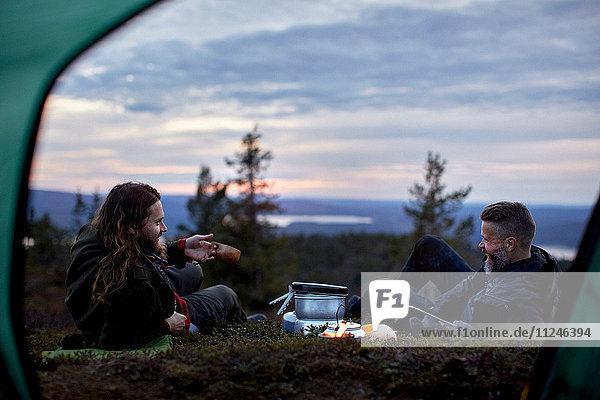Wanderer entspannen sich  plaudern vor dem Zelt  Keimiotunturi  Lappland  Finnland