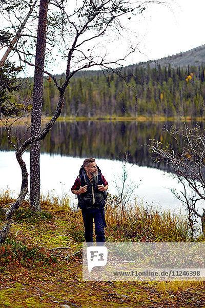 Wanderer am See  Kesankijarvi  Lappland  Finnland