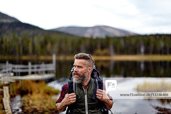 Wanderer mit See im Hintergrund  Kesankijarvi  Lappland  Finnland