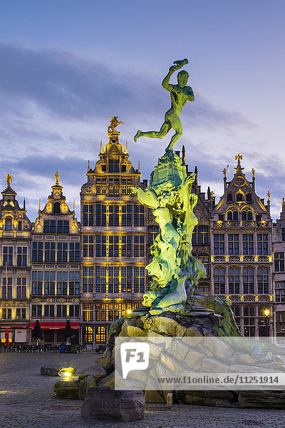 Belgium  Flanders  Antwerp (Antwerpen). Medieval guild houses and statue of Silvius Brabo on Grote Markt square at dawn.