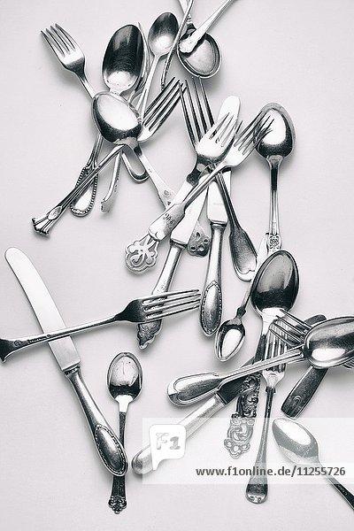 Verschiedene Gabeln  Messer und Löffel vor weissem Hintergrund