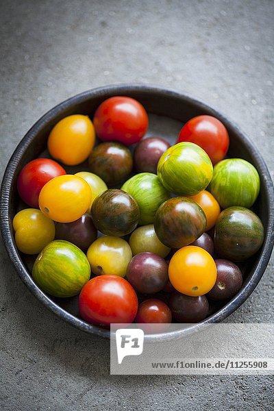 Verschiedene Tomaten in Schälchen
