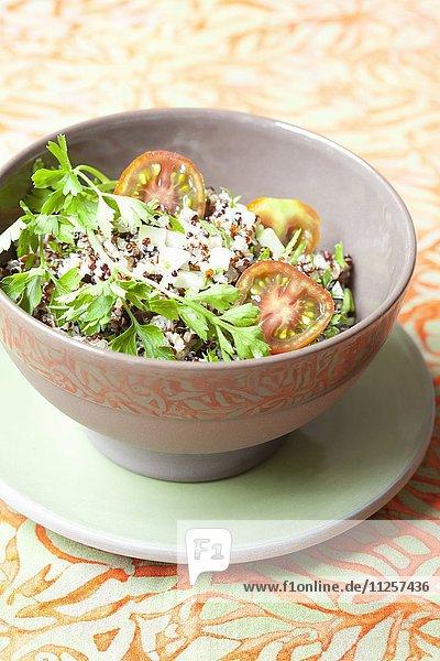 Quinoasalat mit bunten Tomaten  Frühlingszwiebeln und Petersilie