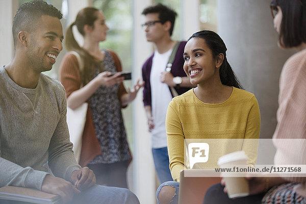 Lächelnde Studenten beim Kaffeetrinken
