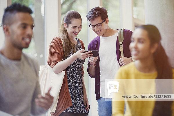 Studenten texten mit dem Handy