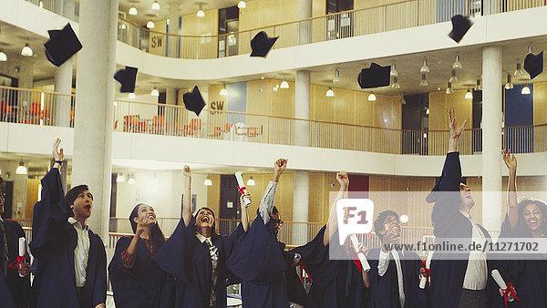 Hochschulabsolventen werfen Mütze