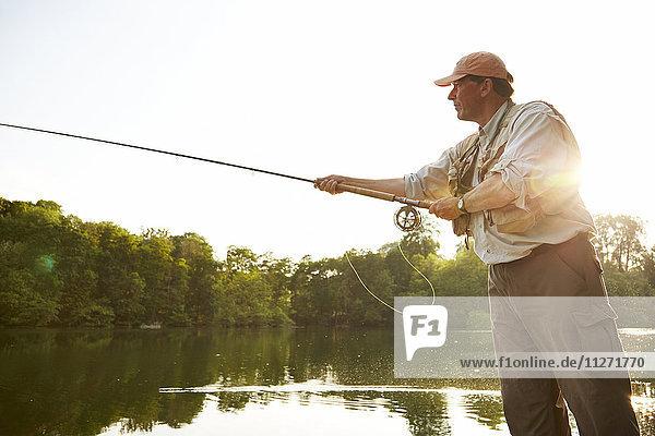 Senior Mann Fliegenfischen am Sommersee