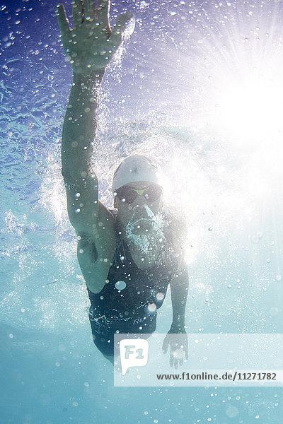 Schwimmender Sportler im Schwimmbad