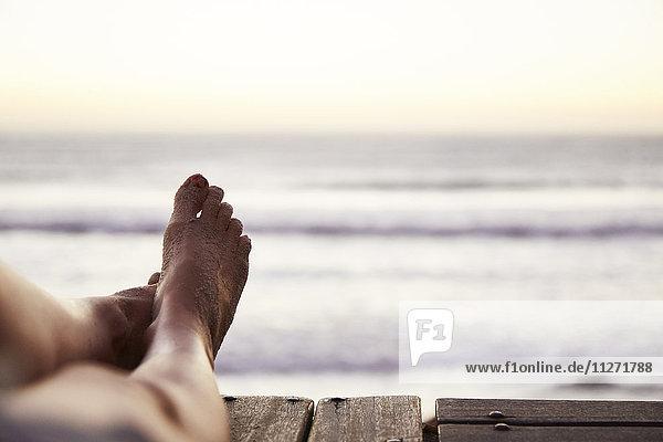 Persönliche Perspektive barfuß Frau mit Sand zu Fuß und Meerblick