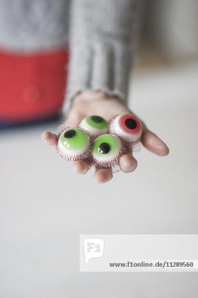 Frau mit künstlichen Süßigkeiten Augen