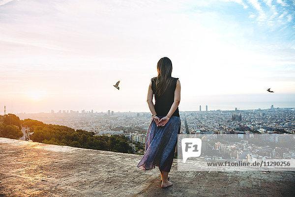 Spanien  Barcelona  Frau mit Blick über die Stadt