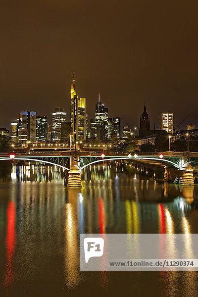 Deutschland  Hessen  Frankfurt  Skyline des Finanzbezirks mit Ignatz-Bubis-Brücke