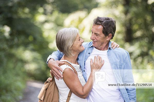 Glückliches Seniorenpaar von Angesicht zu Angesicht im Wald