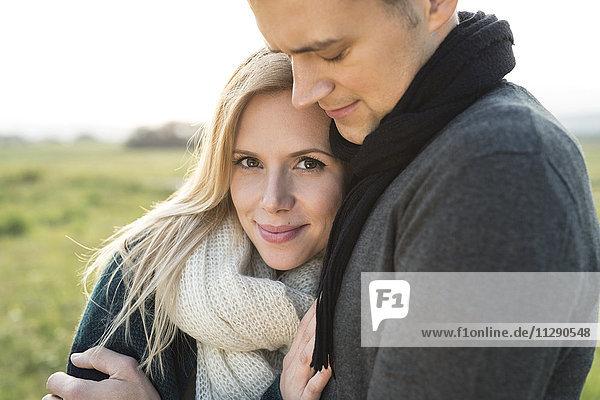 Glückliches junges Paar im Freien
