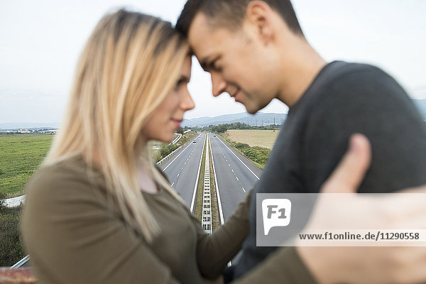 Junges Paar auf der Autobahnbrücke