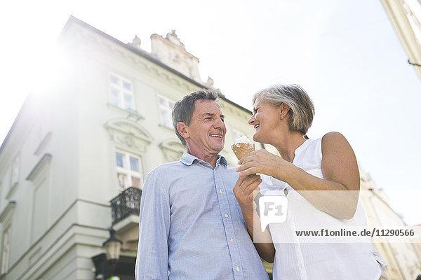 Glückliches Seniorenpaar mit Eistüte