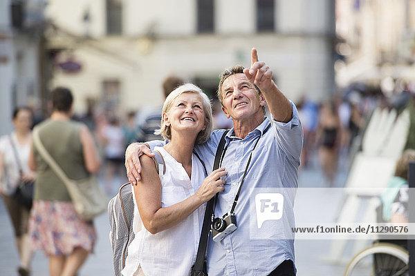 Seniorenpaar auf Städtereise