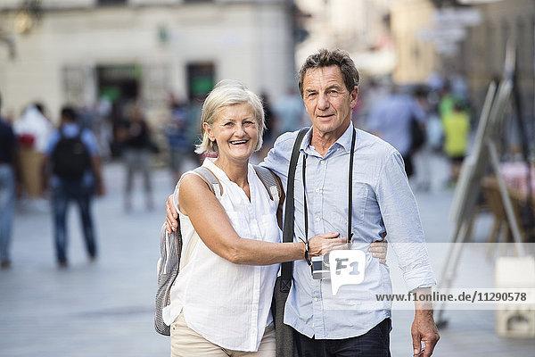 Porträt des glücklichen Seniorenpaares auf Städtereise
