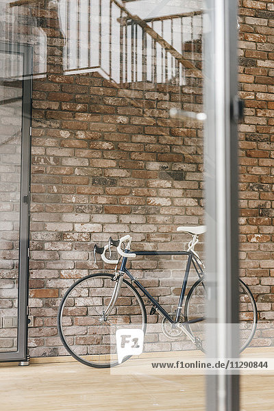 Fahrrad an der Ziegelwand im Büro