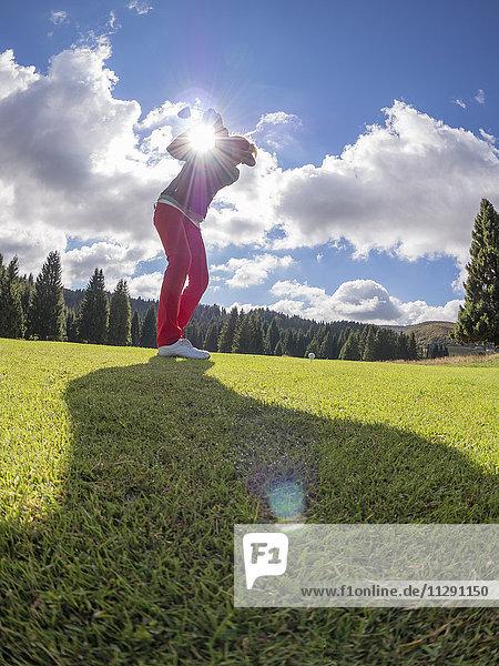 Golfer auf dem Golfplatz bei Gegenlicht